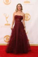 Kaley Cuoco - Los Angeles - 22-09-2013 - Emmy Awards 2013: il fascino delle spalle scoperte
