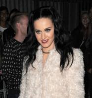 Katy Perry - Londra - 01-10-2013 - La pelliccia bianca di Katy Perry chiude l'iTunes Festival