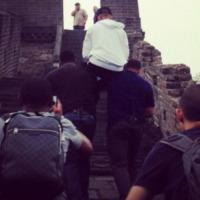 Justin Bieber - Cina - 01-10-2013 - Justin Bieber schiavizza i suoi bodyguard sulla Muraglia Cinese