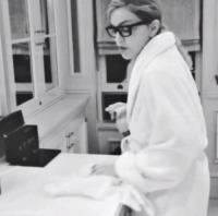 Madonna - 07-10-2013 - Star come noi: anche Madonna fa le pulizie di casa