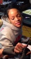Rihanna - Auckland - 10-10-2013 - Ahi, che dolor! Rihanna soffre per il suo tatuaggio