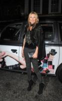 Kate Moss - Londra - 10-10-2013 - La mantella, intramontabile classico senza tempo