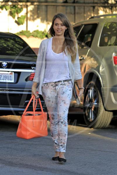 Jessica Alba - Los Angeles - 23-09-2013 - Nostalgia della primavera? Curatela con i fiori… sui pantaloni