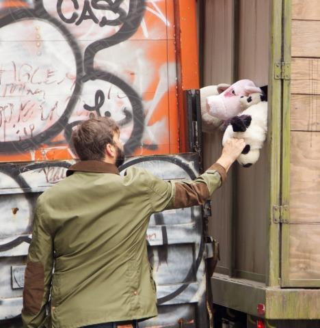 Banksy - New York - 16-10-2013 - Banksy e il camion di peluches diretti al macello