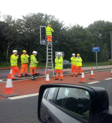 operai al lavoro - Somerset - 21-10-2013 - Quante persone ci vogliono per cambiare una lampadina?
