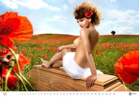 Calendario bare, Modella - Varsavia - 21-10-2013 - Zbigniew Linder: dalla Polonia lo scandalo delle bare hot