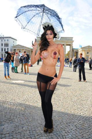 Micaela Schaefer - Berlino - 21-10-2013 - Micaela Schaefer è la pupa di Halloween