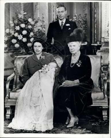 Giorgio VI, Elizabeth Bowes-Lyon, Principe Carlo d'Inghilterra, Regina Elisabetta II - 17-04-2012 - Festa in casa Windsor: il principe George è stato battezzato