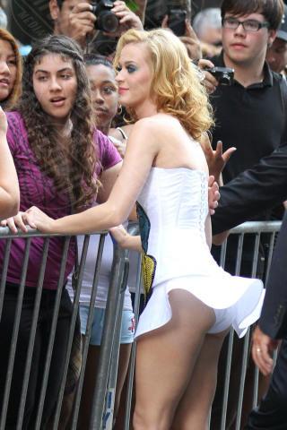 Katy Perry - New York - 24-07-2011 - Quando i vestiti non fanno il loro dovere la gaffe è assicurata