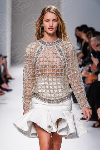 Rosie Huntington-Whiteley - Parigi - 27-09-2013 - Quando i vestiti non fanno il loro dovere la gaffe è assicurata