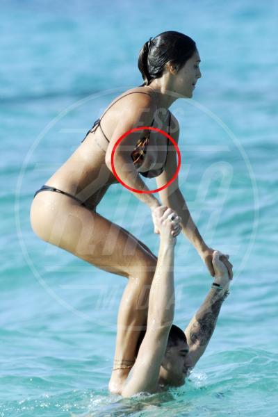 Cecilia Rodriguez - Formentera - 26-07-2012 - Quando i vestiti non fanno il loro dovere la gaffe è assicurata