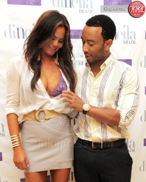 Christine Teigen, John Legend - Los Angeles - 27-12-2011 - Il wardrobe malfunction colpisce ancora