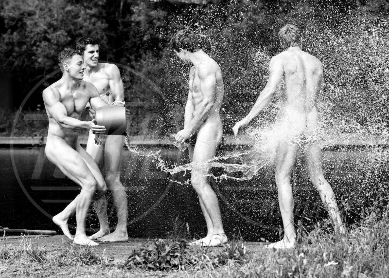 calendario, uomo nudo - 17-06-2013 - Uomini nudi per beneficenza: non vi ricorda qualcosa?