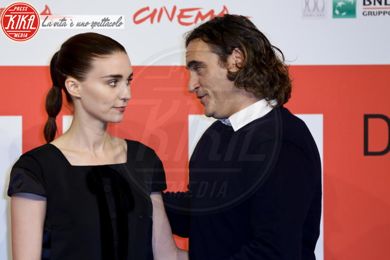 Rooney Mara, Joaquin Phoenix - Roma - 09-11-2013 - Anche il set di Stranger Things è galeotto!