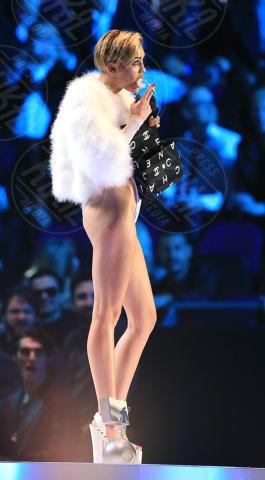 Miley Cyrus - Amsterdam - 11-11-2013 - Miley Cyrus indagata dopo lo spinello agli EMA