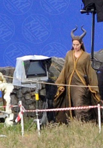 Angelina Jolie - Londra - 27-06-2012 - Angelina Jolie troneggia nel poster di Maleficent