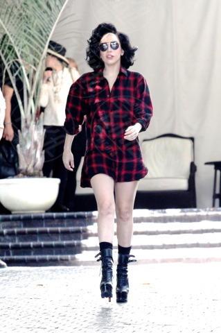Lady Gaga - Londra - 18-08-2013 - Anche in autunno, lo stile scozzese non passa mai di moda