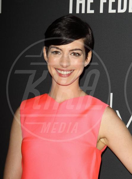 Anne Hathaway - Santa Monica - 20-10-2013 - Quando le celebrity ci danno un taglio… ai capelli!