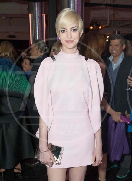 Anne Hathaway - New York - 08-05-2013 - Quando le celebrity ci danno un taglio… ai capelli!