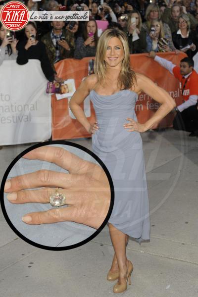 Jennifer Aniston - Toronto - 15-09-2013 - Emily Ratajkowski mostra l'enorme anello di fidanzamento