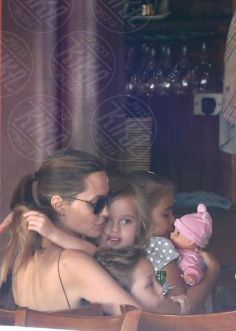 Vivienne Jolie Pitt, Knox Leon Jolie Pitt, Angelina Jolie - Sidney - 24-11-2013 - Mamma,       strapazzami di coccole!