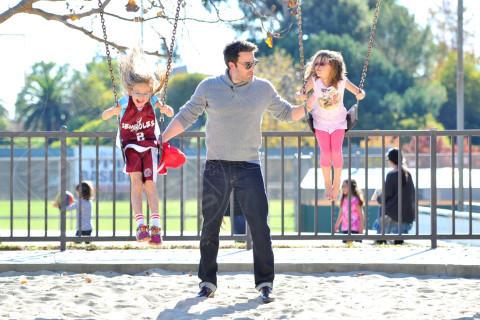 Seraphina Rose Elizabeth Affleck, Violet Anne Affleck, Ben Affleck - Los Angeles - 25-11-2013 - Star come noi: amore, vieni che ti porto al parco!