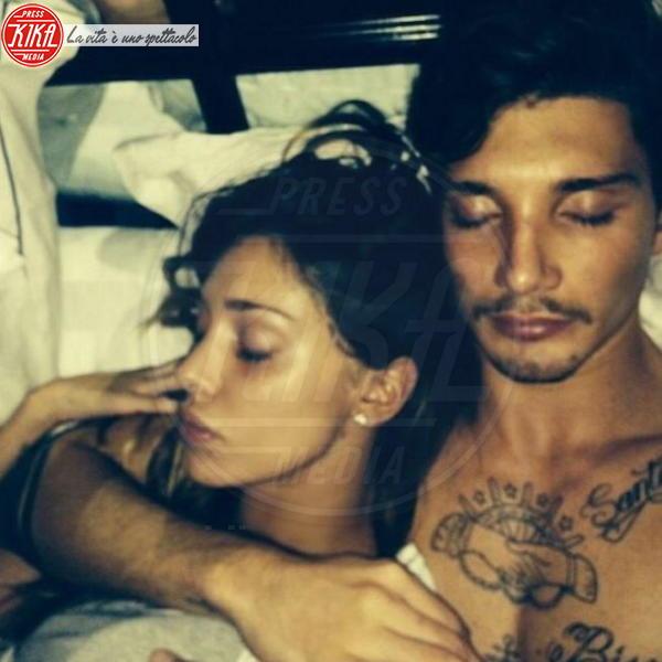 """Stefano De Martino, Belen Rodriguez - Los Angeles - 25-11-2013 - Dillo con un tweet: Elisabetta Canalis, """"La str…. dorme"""""""