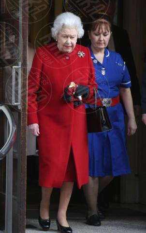 Regina Elisabetta II - Londra - 04-03-2013 - Sarà un inverno caldo... con un cappotto rosso!