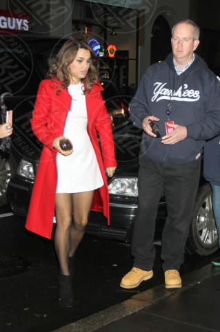 Samantha Barks - New York - 10-12-2012 - Sarà un inverno caldo... con un cappotto rosso!