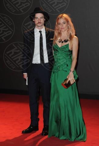 Tom Sturridge, Sienna Miller - Londra - 02-12-2013 - Sienna Miller, un nome, una garanzia… di stile!