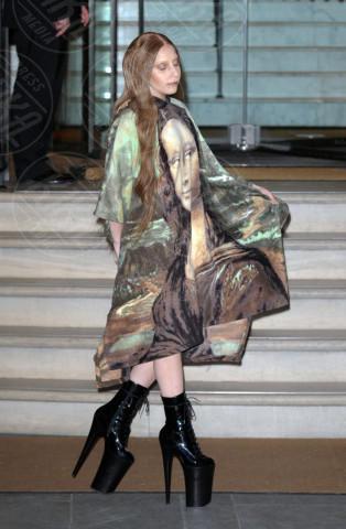 Lady Gaga - Londra - 04-12-2013 - È arrivato l'autunno: tempo di tirar fuori il poncho!