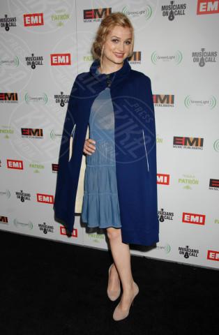 Ali Sudol - Los Angeles - 12-02-2012 - La mantella, intramontabile classico senza tempo