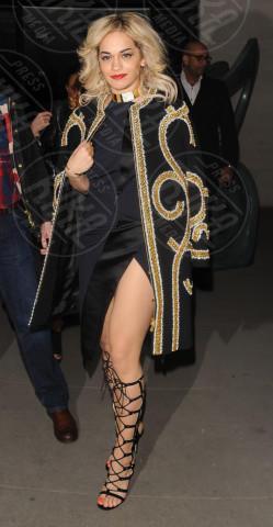 Rita Ora - Londra - 16-02-2013 - La mantella, intramontabile classico senza tempo