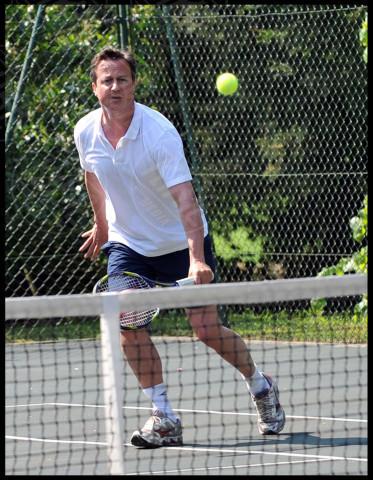 David Cameron - Londra - 20-04-2011 - Cameron lascia le acque agitate della politica per il bodyboard