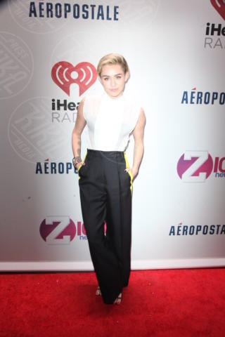Miley Cyrus - New York - 14-12-2013 - Camicia bianca e pantaloni neri: dal casual al red carpet