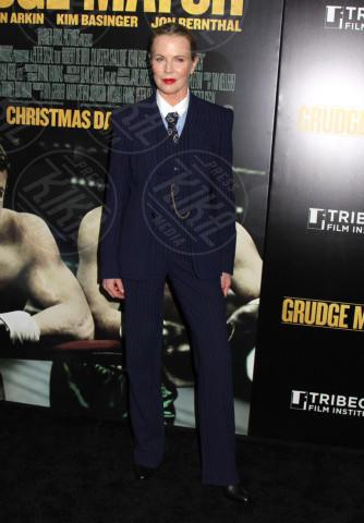 Kim Basinger - New York - 17-12-2013 - Donne con le gonne? No: con la cravatta!