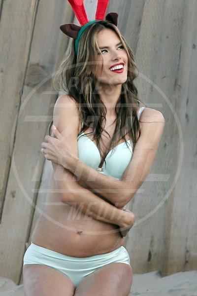 Alessandra Ambrosio - Los Angeles - 16-12-2013 - Victoria's Secret e Alessandra Ambrosio augurano buone feste