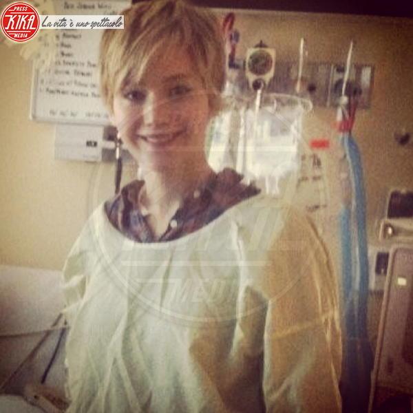 Jennifer Lawrence - 24-12-2013 - Non c'è fine alla mania dell'autoscatto: ecco l'hospital selfie