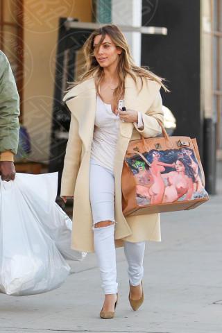 Kim Kardashian - Los Angeles - 26-12-2013 - Questa bottiglia è di Nina Dobrev: c'è scritto sopra!
