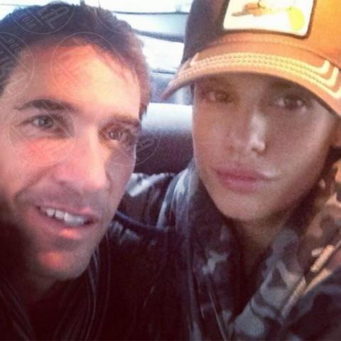 Brian Perri, Elisabetta Canalis - Los Angeles - 30-12-2013 - Dillo con un tweet: un fine 2013 da papà per Morgan