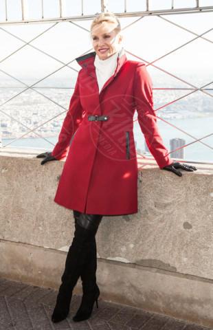 Nicollette Sheridan - New York - 25-11-2013 - Sarà un inverno caldo... con un cappotto rosso!