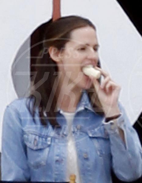 Jennifer Garner - New Orleans - 06-12-2012 - L'unico frutto dell'amor…è la banana!