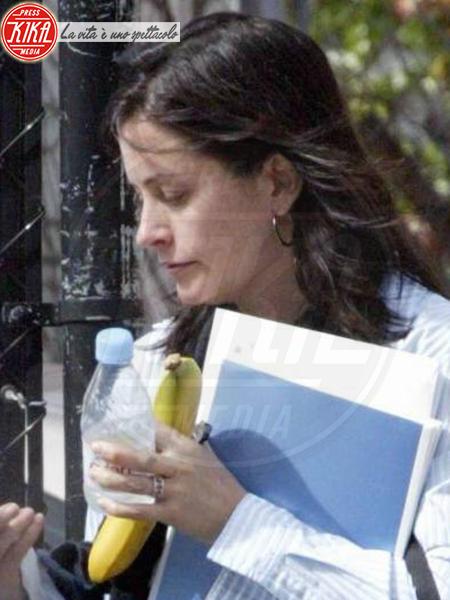 Courteney Cox - Hollywood - 28-02-2004 - L'unico frutto dell'amor…è la banana!