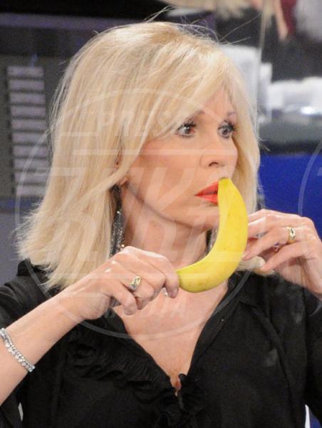 Amanda Lear - Napoli - 14-05-2011 - L'unico frutto dell'amor…è la banana!
