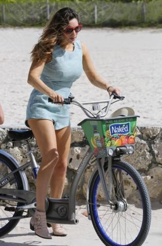 Kelly Brook - Miami - 04-02-2014 -  Dove vai se la bicicletta, trendy, non ce l'hai?