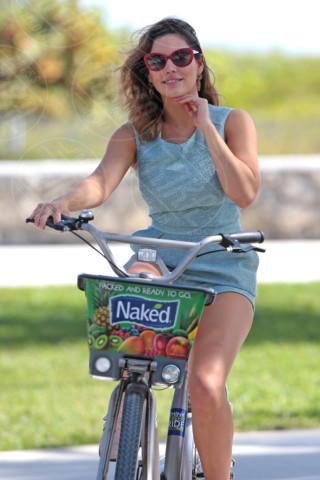 Kelly Brook - Miami - 03-02-2014 -  Dove vai se la bicicletta, trendy, non ce l'hai?