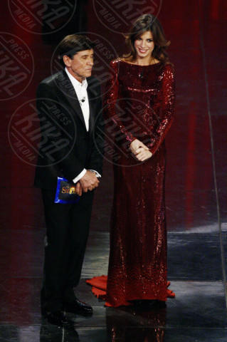 Gianni Morandi, Elisabetta Canalis - Sanremo - 18-02-2011 - Elisabetta Canalis in Jane Fonda: chi lo indossa meglio?
