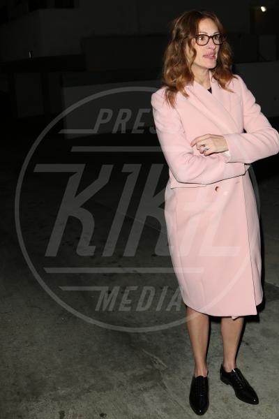 Julia Roberts - Los Angeles - 04-02-2014 - Inverno grigio? Rendilo romantico vestendoti di rosa!