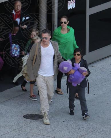 Vivienne Jolie Pitt, Zahara Jolie Pitt, Pax Thien Jolie Pitt, Angelina Jolie, Brad Pitt - Los Angeles - 05-02-2014 - Brad Pitt e Angelina Jolie fanno rientro a Los Angeles
