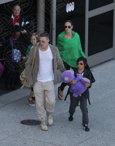 Shiloh Jolie Pitt, Zahara Jolie Pitt, Pax Thien Jolie Pitt, Angelina Jolie, Brad Pitt - Los Angeles - 05-02-2014 - Brad Pitt e Angelina Jolie fanno rientro a Los Angeles